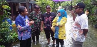 Wakil Bupati Lamongan, Kartika Hidayati meninjau lokasi banjir di Desa Katapang , Kecamatan Karangbinangun, Rabu (14/3/2018). (Foto: Istimewa)