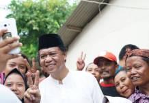 Anton Charliyan Selfi bersama Warga Jati Gede (Foto Nusantaranews.co)