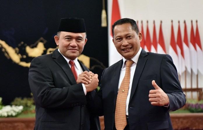 Kepala BNN Heru Winarko berfoto bersama mantan Kepala BNN Budi Waseso, di Istana Negara, Jakarta, Kamis (1/3). (Foto: JAY/Humas Setkab)