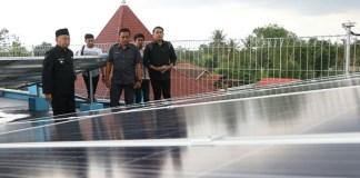 Bupati Sumenep KH. Abuya Busyro Karim resmikan PLTS di Ponpes Annuqayah Guluk Guluk Sumenep Madura. (Foto: Danil Kafi/NusantaraNews)