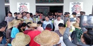 Aksi demontrasi mahasiswa dan masyarakat ke Gedung DPRD Sumenep menolak impor garam. (Foto: Mahdi Alhabib/NusantaraNews)