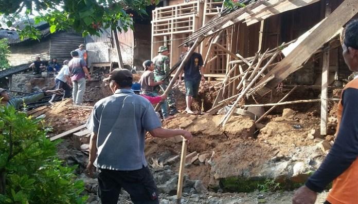 Rumah milik Yainem (83), warga Dusun Nglebak Desa Klodan Kecamatan Ngetos Kabupaten Nganjuk, Jawa Timur tertimpa longsor. (Foto: Istimewa)