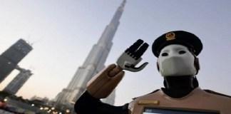 Robot polisi operasi pertama di dunia berdiri di depan Dubai Burj Khalifa, menara tertinggi di dunia pada 31 Mei 2017. (Foto: AFP)