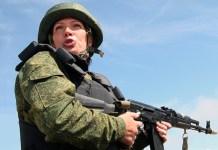 Tentara wanita dalam sebuah latihan perang dalam program Armada Baltik, kursus pelatihan militer intensif. (Foto: RIA Novosti/Igor Zarembo)