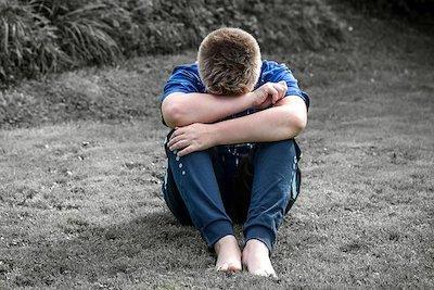 Enfant en surpoids triste