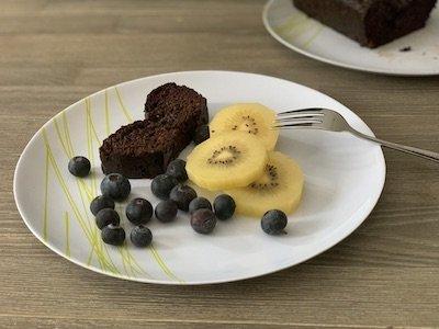 Cake chocolat-courgette avec fruits