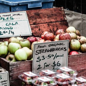 Fresh apples on display at the farmer's market