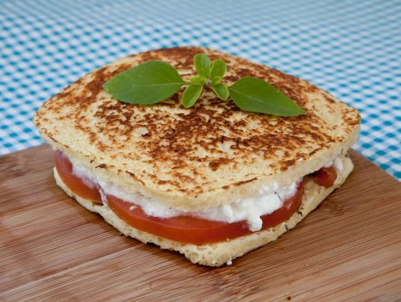 Sanduíche de pão de pão sem Glúten com farinha arroz recheado com queijo cottage, tomate e mangericão