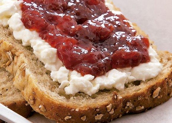 Pão integral muiti-grãos com ricota e geléria de framboesa