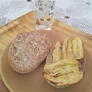 Pão integral + banana assada + água