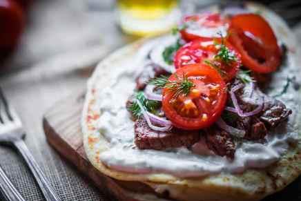 Steak sandwich with vegetables