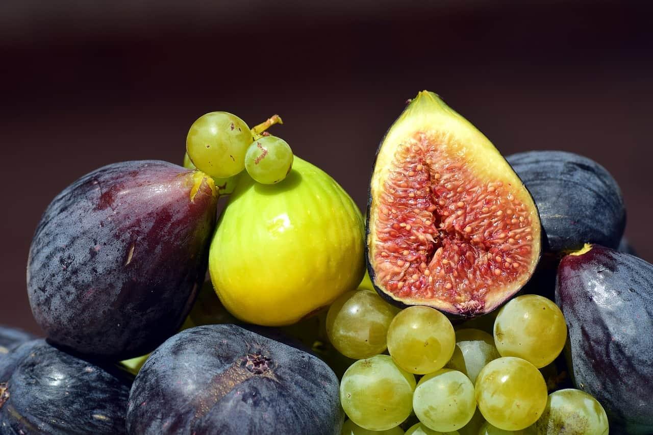 Figs in a fruit basket