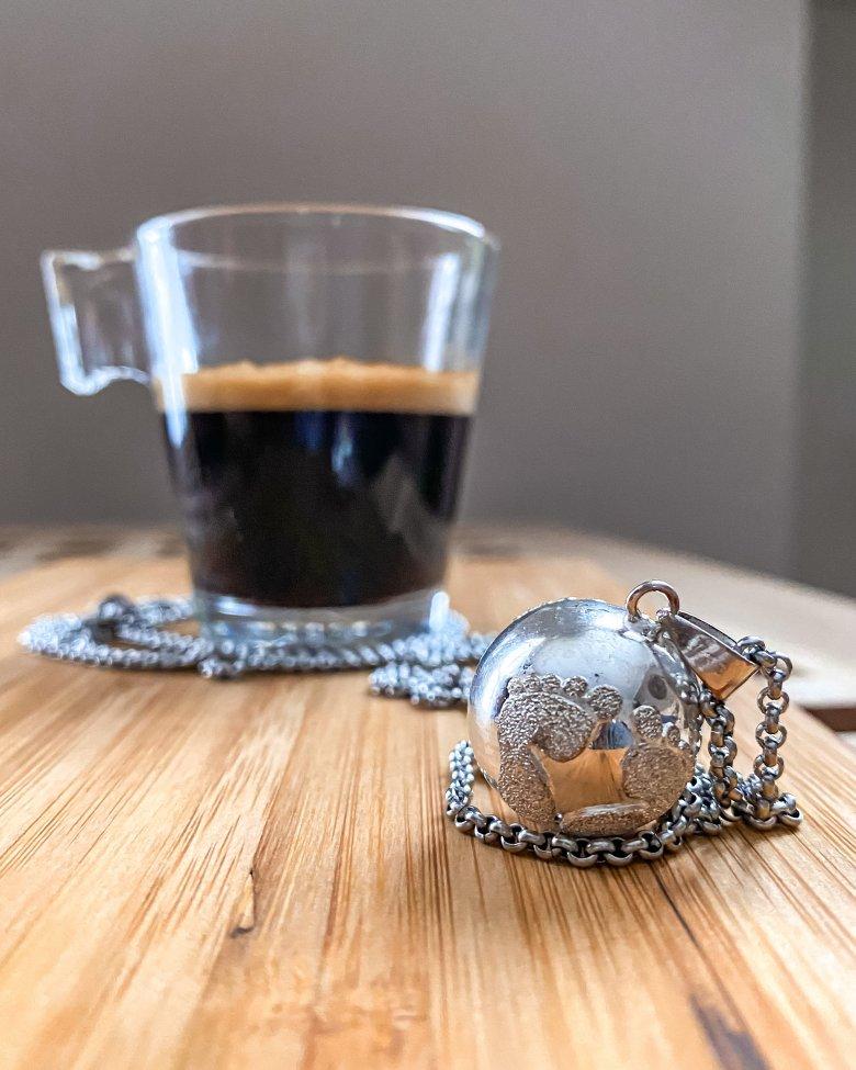 tazzina di caffè e ciondolo per donna incinta
