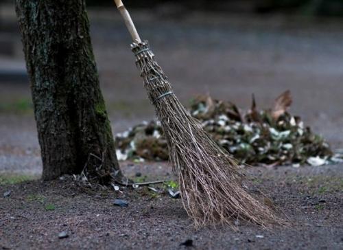 Уволен директор школы, отправивший учителей на уборку двора