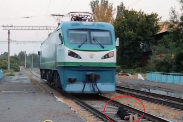 Ташкентский блогер лег на рельсы под движущийся электровоз
