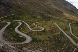 3000 metrelerden kıvrıla kıvrıla 4800 metrelere çıkan toprak yol