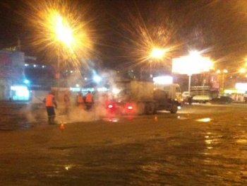 В Саратове дорожники укладывали асфальт в лужи ...