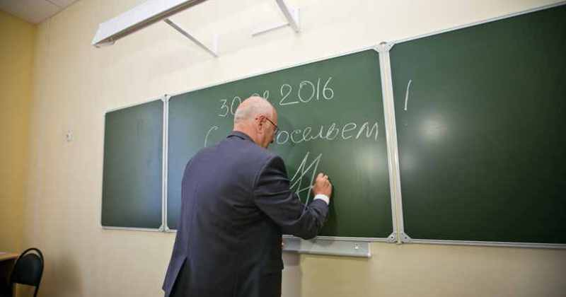 Юрий Берг на открытии школы в Медногорске