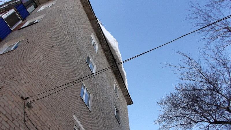 Снег на крышах медногорских домов
