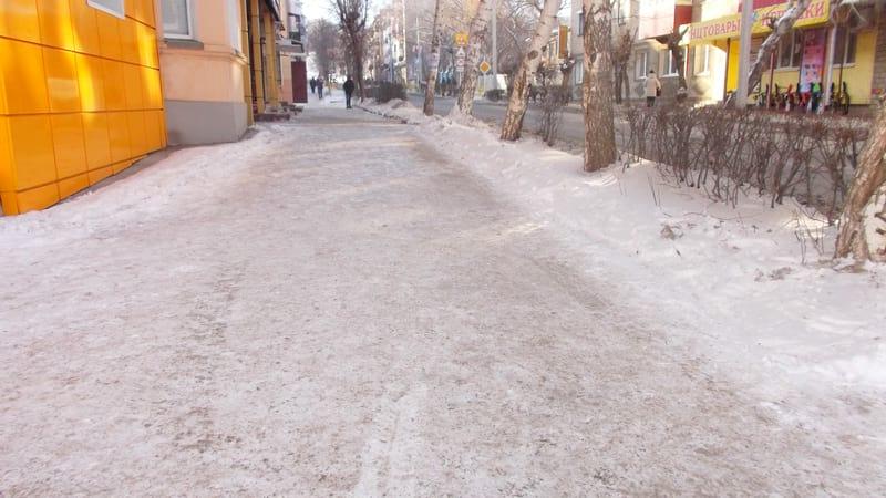 Две зимние беды на улицах города: иль гололед без песка, иль сугробы в два этажа.