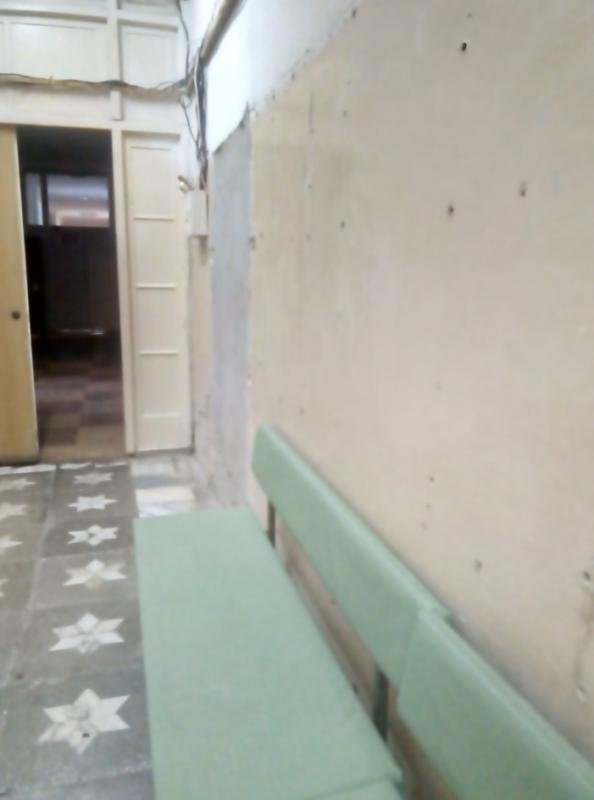 «Обшарпанные», требующие ремонта стены в коридорах первого этажа больницы