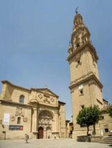 Plaza del Santo, torre exenta (torre separada del cuerpo principal de la catedral), es obra de Martín de Beratúa bajo el patrocinio del obispo Andrés Porras y Temes en 1762