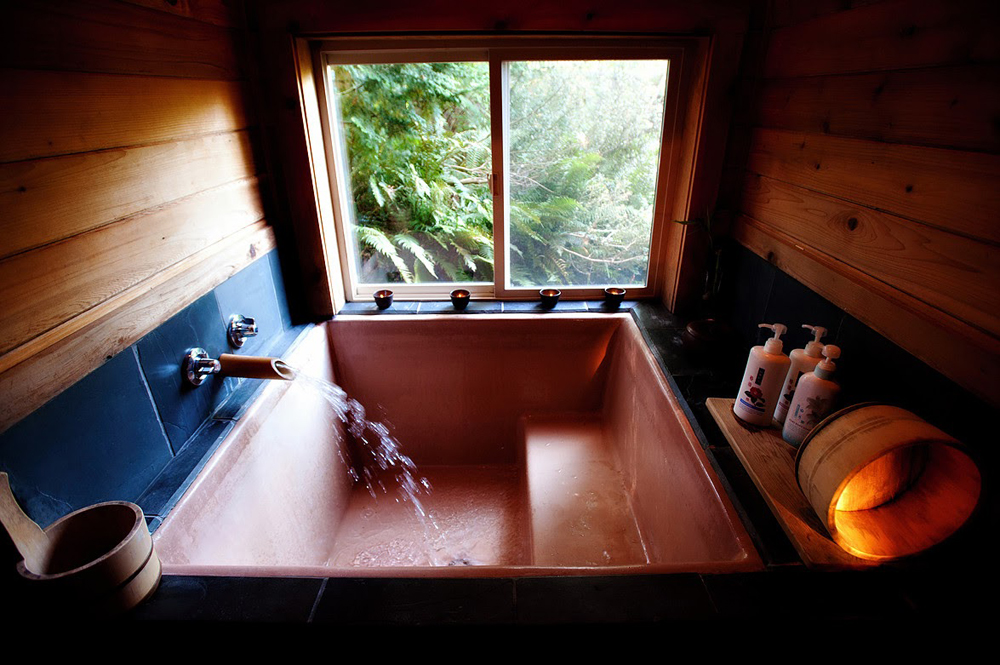 Cedar tub (Photo provided by Fuurin-Oka)