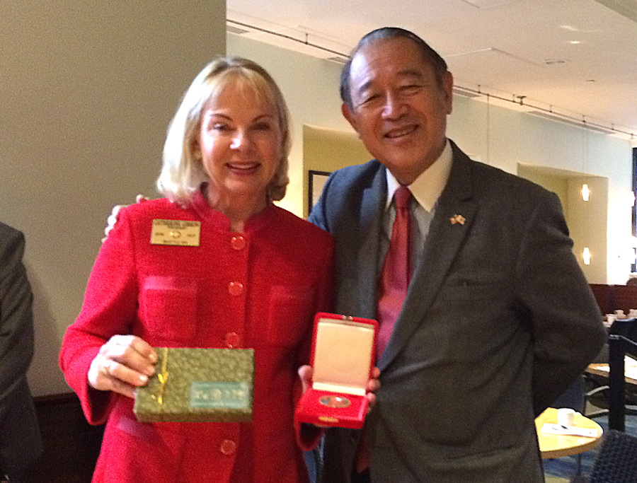 Cathy Gibson, President of the Seattle Rotary Club, exchanging gifts with Ichiro Fujisaki. (Photo by Assunta Ng/NWAW)