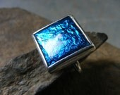 Skylight. Square silver and enamel ring in kingfisher blue.  Bague en argent et d'email blu martin-pecheur