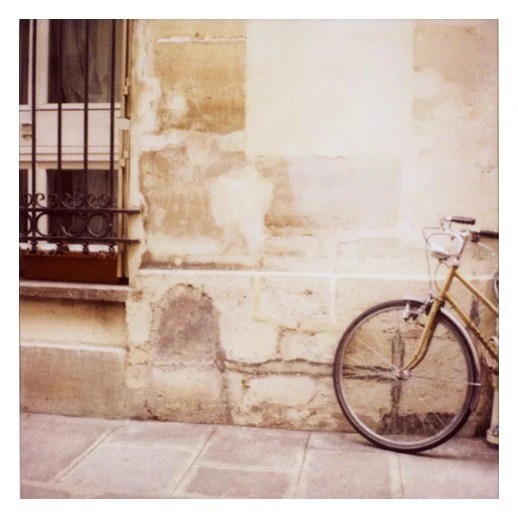 summer makes me think of bicycles and picnics and sundresses and sandals. this photo is my equivalent of a summer anthem.