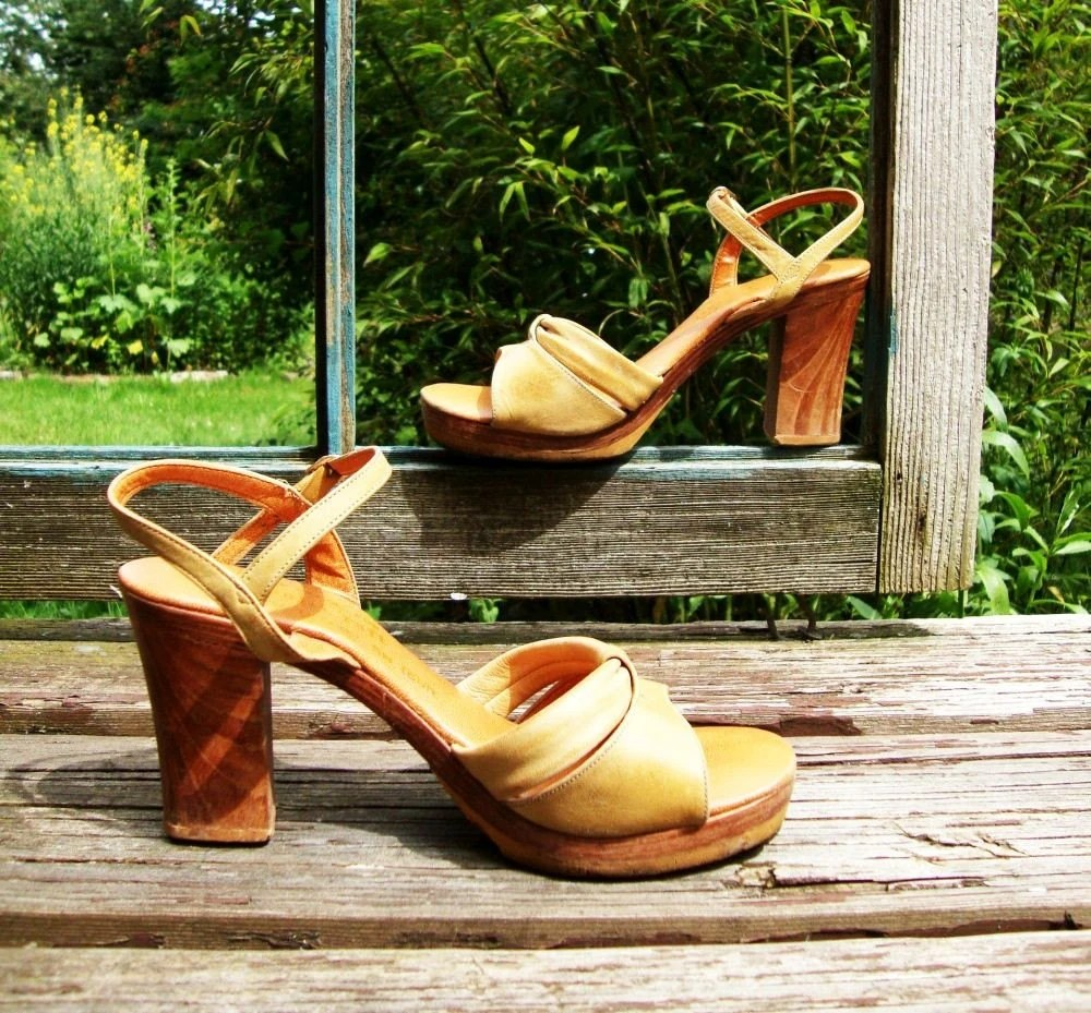 1970s Vintage Blonde and Wood Platform Sandals Sz 5