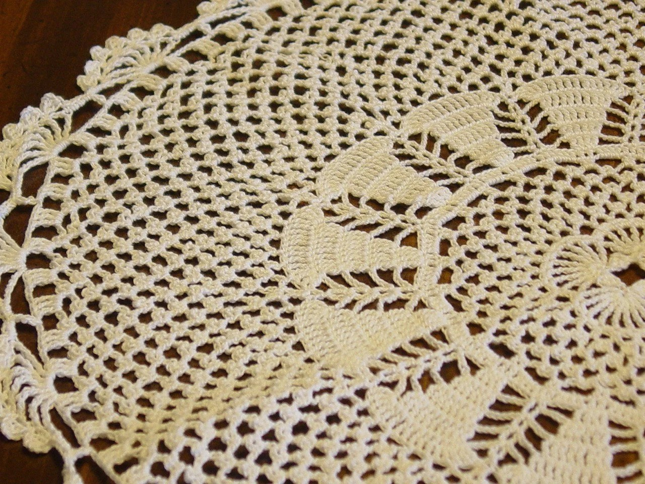 Sea Scallops Doily, Large, White, 16 in. diameter
