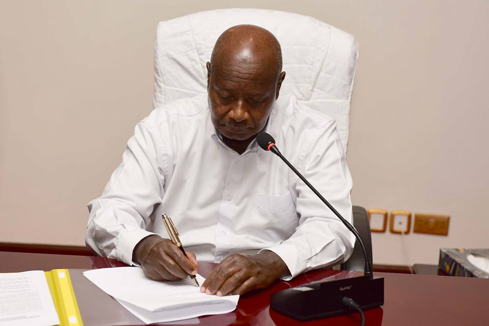 Ugandan Dictator, Yoweri Museveni, signing an SPLM/A document(Photo: file)