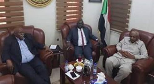 Sudanese Secretary General of the bussiness community and his South Sudanese counterpart (Photo credit: Sudan News Agency)