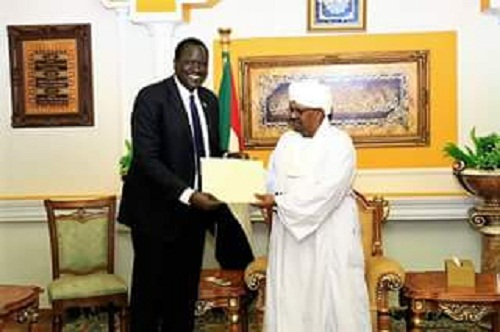 Sudanese president, Omar Al-Bashir (R) recieving a letter delivered to him by South Sudanese oil minister Ezekiel Lol Gatkuoth (Photo credit: SUNA)