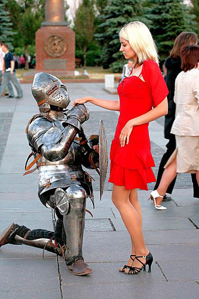 святыми рыцарь дарит цветы даме картинка подозревали создании организованной