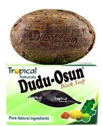 le savon dudu osun sur la peau et le visage