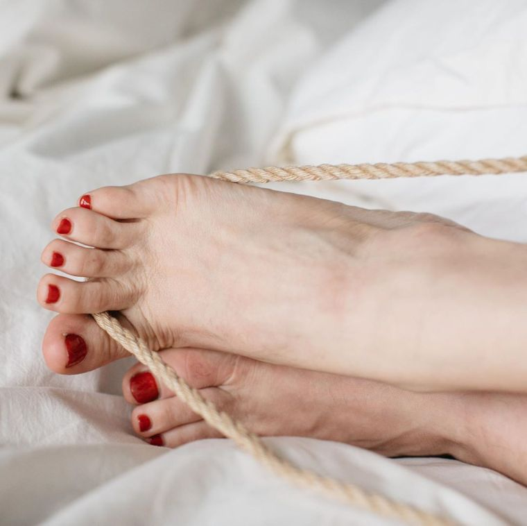 Mistress Blunt plays with rope between her toes.