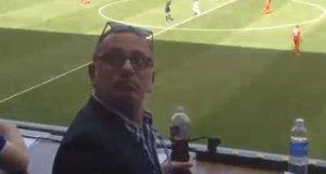 Amerika ile oynadığımız milli maçta bir taraftar bakın Fatih Altaylı'ya nasıl protestoda bulundu.