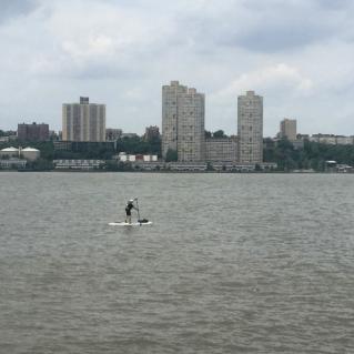 Que coragem! Stand up paddle nas águas do rio Hudson