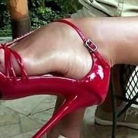 Отстрапоню тебя, заставлю лизать киску ицеловать мои ножки!