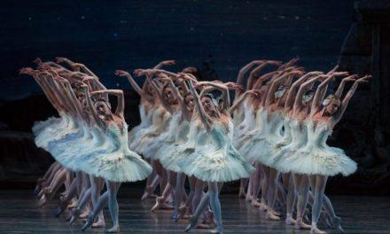 恒例ABTの白鳥の湖、飛びます、回ります、華やかな群舞に陶然