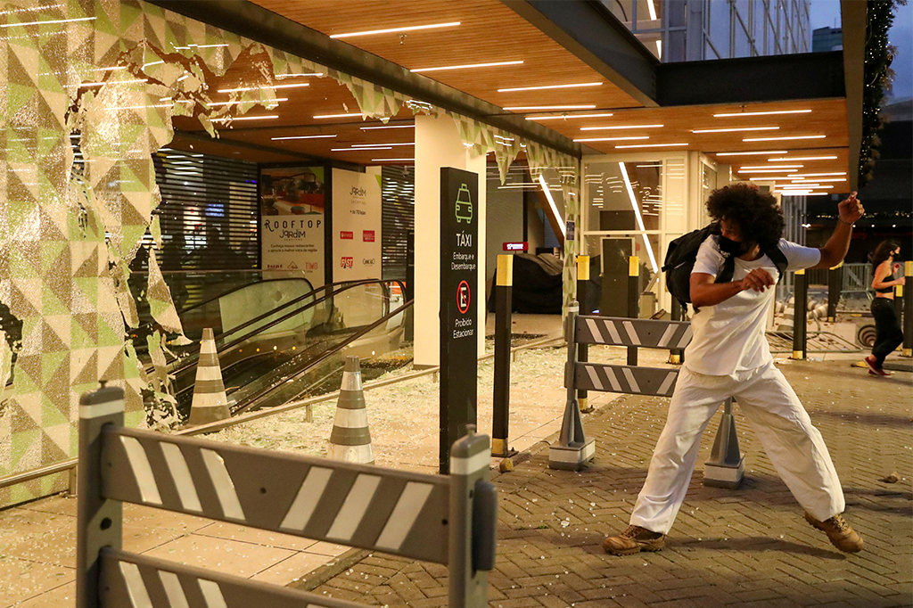 Violence erupts in Brazil after black man beaten to death in grocery store 1