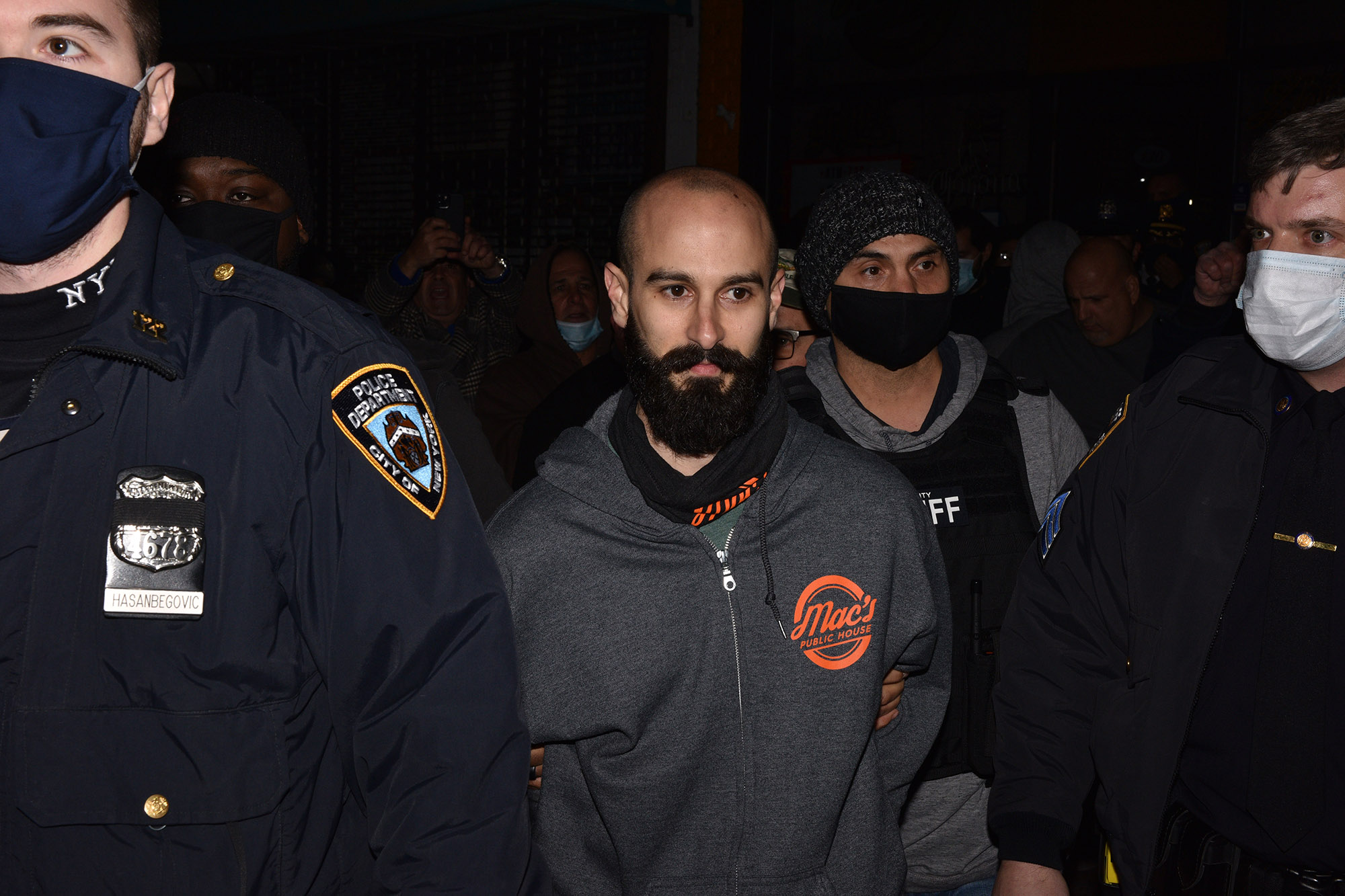 Sheriffs bust defiant NYC bar in COVID-19 hotspot