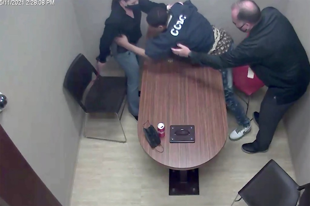 Video: Suspect lunges for cop's gun in police interview room