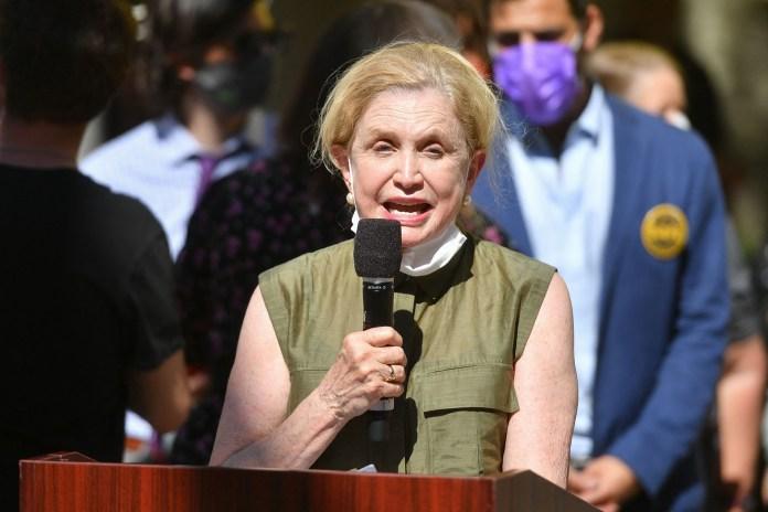 عضوة الكونغرس كارولين مالوني تلقي كلمة في تجمع عائلات من أجل الشوارع الآمنة في المونسنيور.  ماكجولريك بارك في بروكلين في 27 مايو 2021.