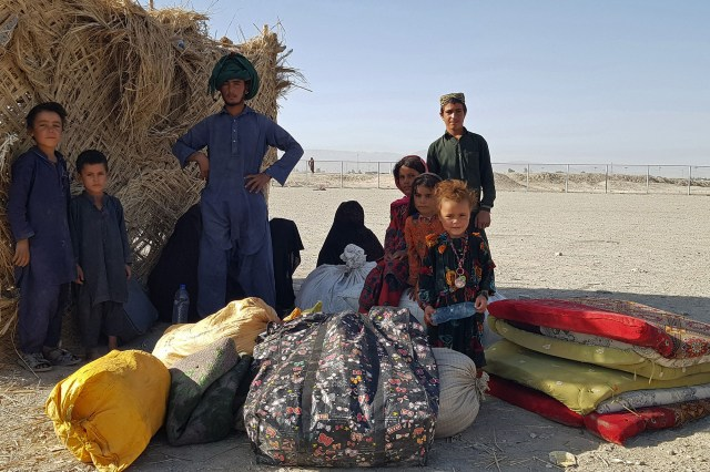 A stranded Afghan family waits for the reopening of the Pakistan-Afghanistan border crossing point in Chaman on August 13, 2021, after the Taliban took control of the border town.