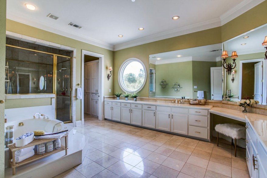 A grand bath is pictured.