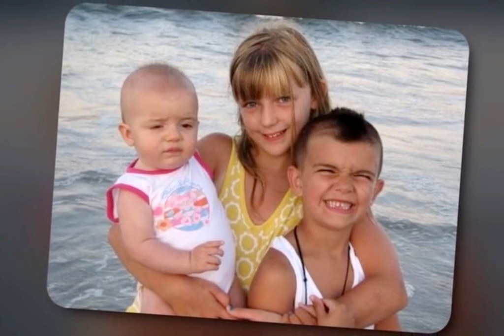Gabby Petito (center) and her siblings.