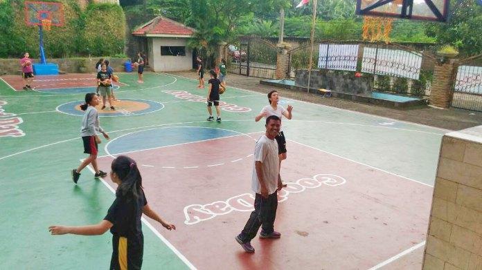 Puji Handaya, Guru Olahraga Candle Tree School sedangn melatih tim Bola Basket Putri
